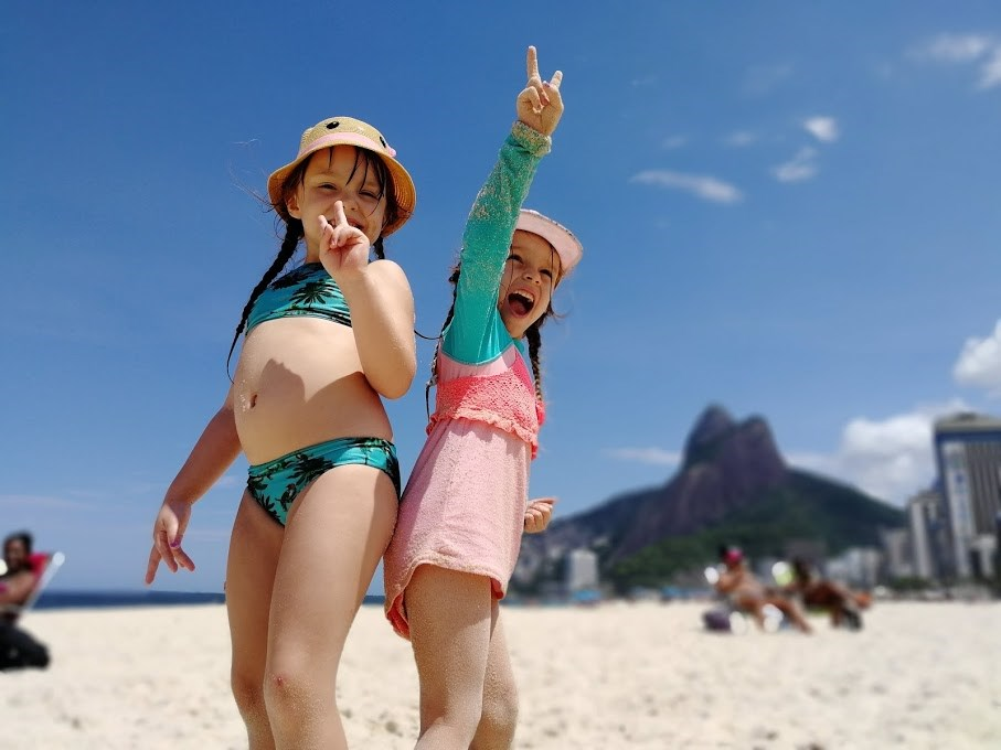 Tytöt rannalla Brasiliassa