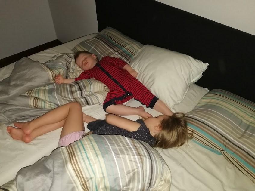 lapset nukkuu