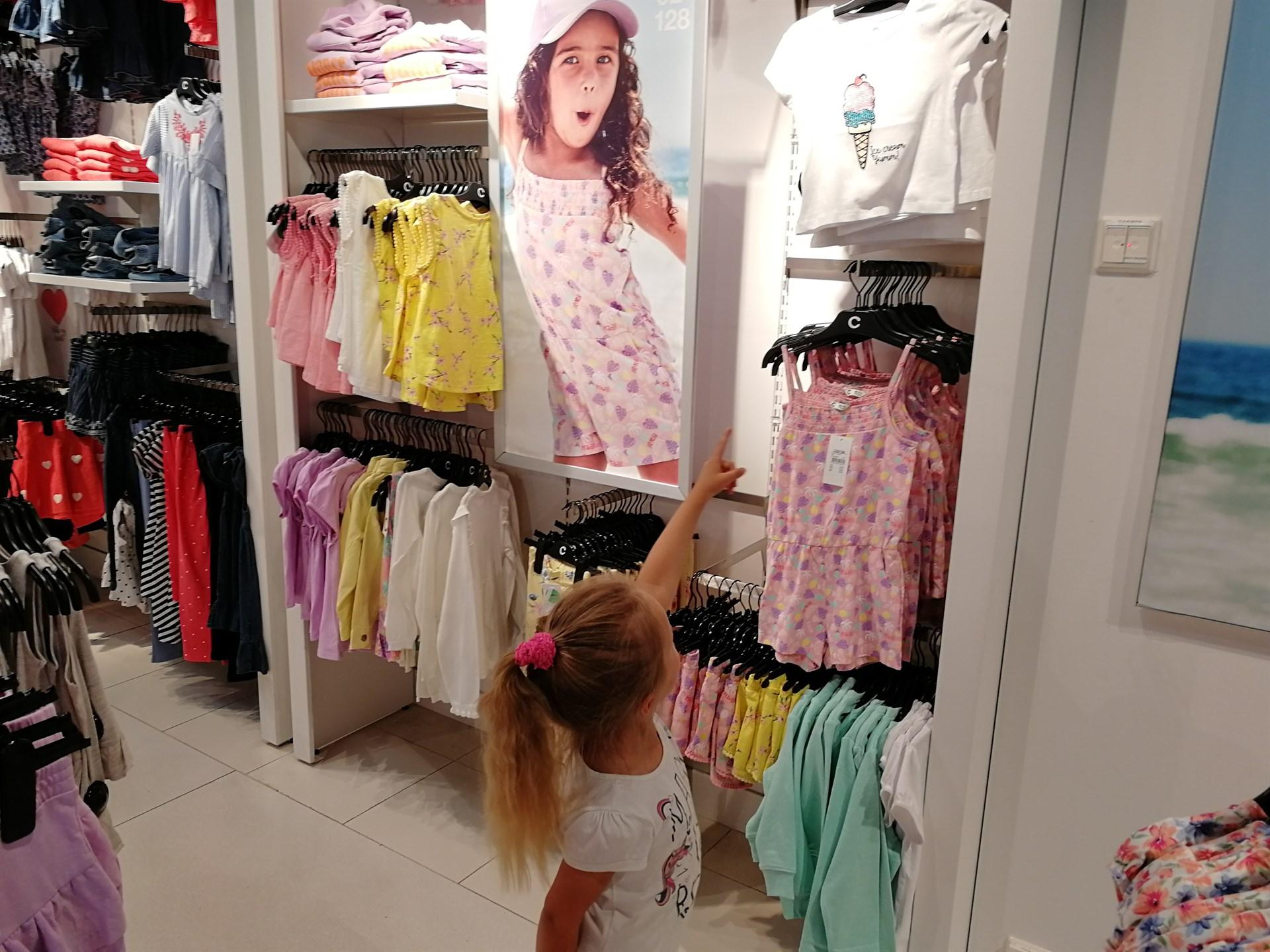 lapsi ostoksilla