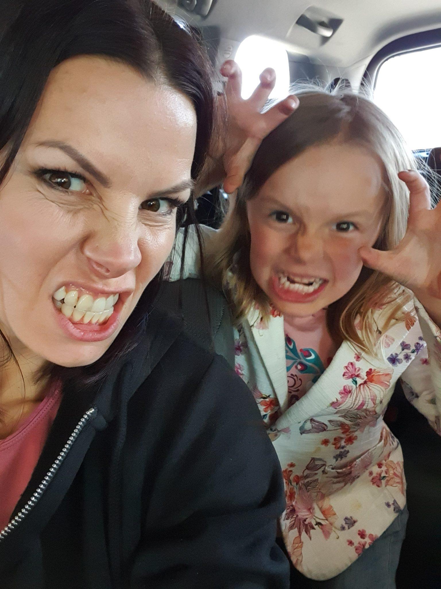 Mari ja Mila irvistys
